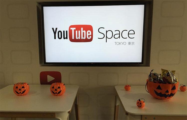 YouTubeSpaceの入り口にハロウィンの飾り付けがされています
